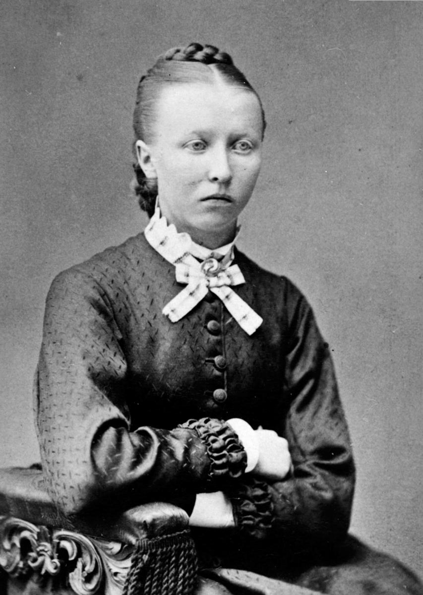 Portrett av Sina Olavsen f.1857, gift med lærer ved Fredheim skole, Ringsaker, Nils Olavsen.
