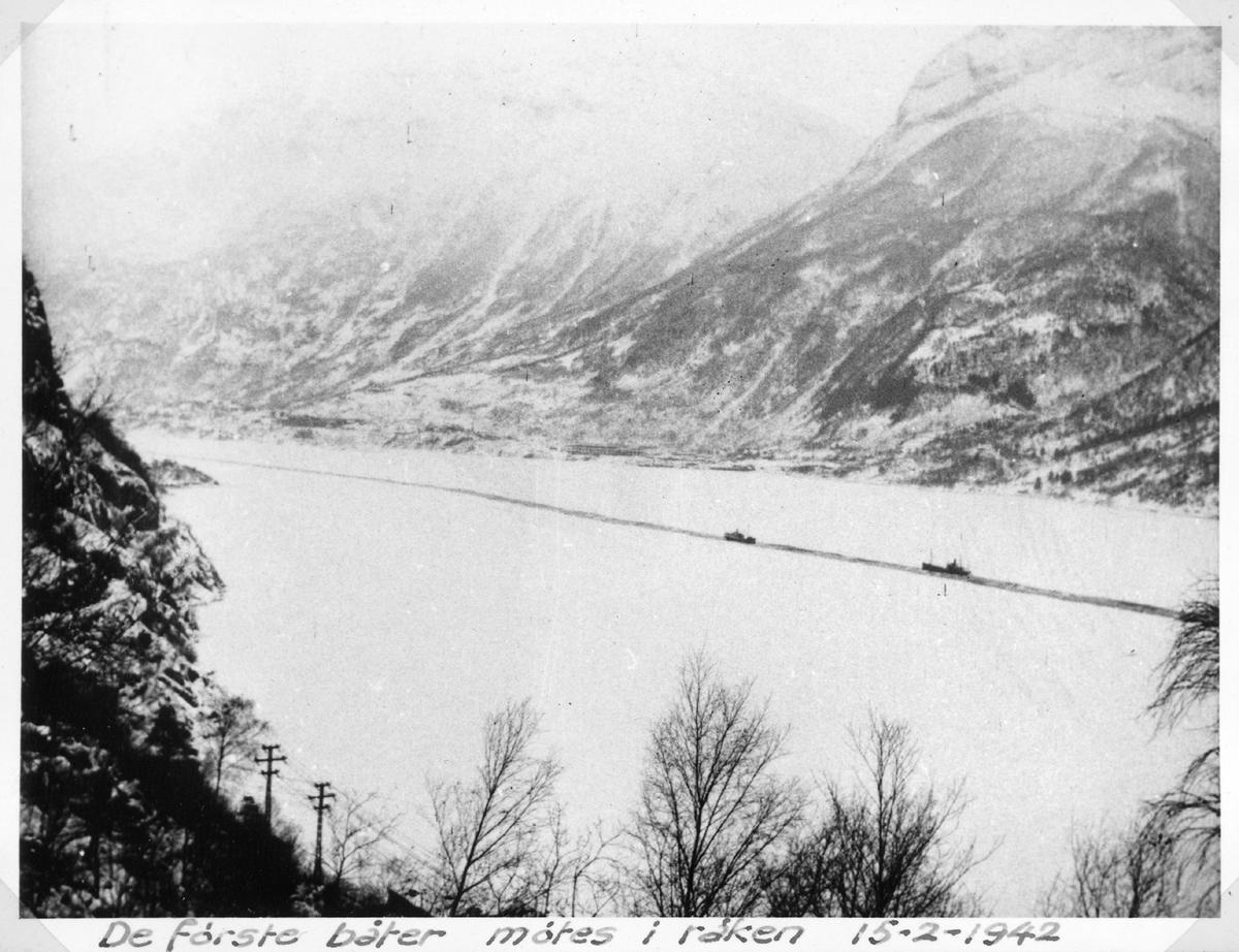 2 lasteskip, båter, møtes i råk, is på fjorden, vinter