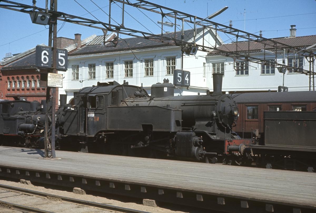 Utrangerte damplokomotiver underveis fra Oslo til Lillestrøm for opphugging.