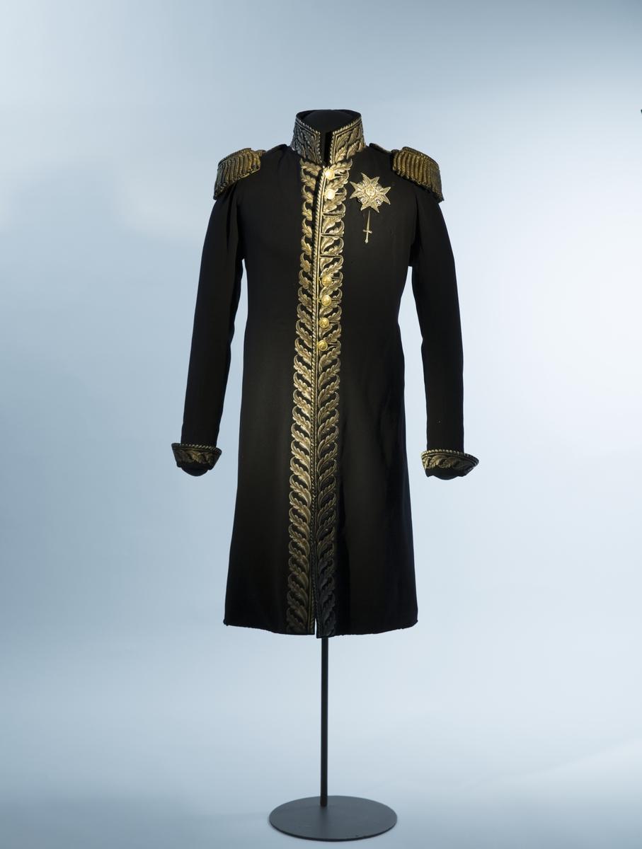 Mørkblå frakk med dekor av metallbroderi.