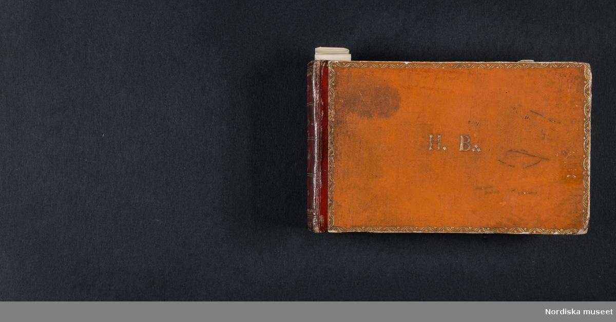 """""""Röda boken"""". Liten bok med initialerna H B på framsidan och årtalet 1728 på baksidan. Boken innehåller skisser av myter, människor, djur, byggnader och växter. Enligt medföljande utdrag ur brev från Knut Almström till direktör Fredrik Wehtje 1952 så har boken tillhört Petter Gustaf Löfström och därefter en man med efternamnet Bundred som var gravör vid Rörstrand."""
