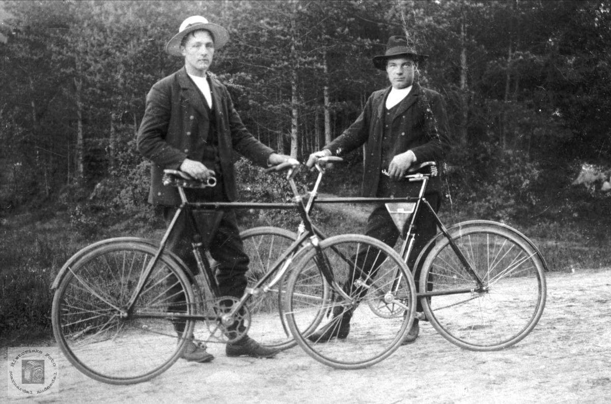 Ola og Torkel Foss på sykkel. Bjelland.