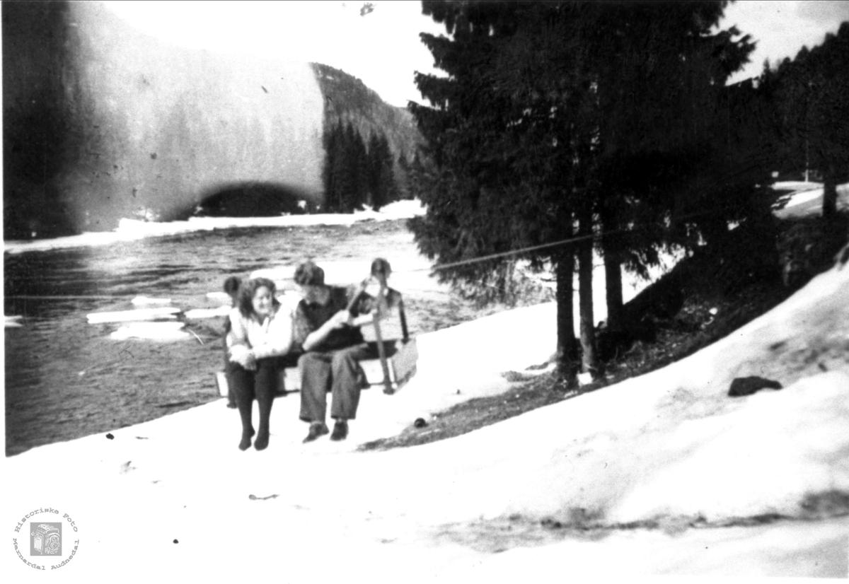 Portrett av Bjørn Bjørnson i løpebane over elva ved Skåleneset.