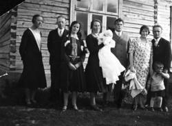 Gruppebilde, barnedåp. Fra venstre: Gudrun Slinde, Karl  Ras