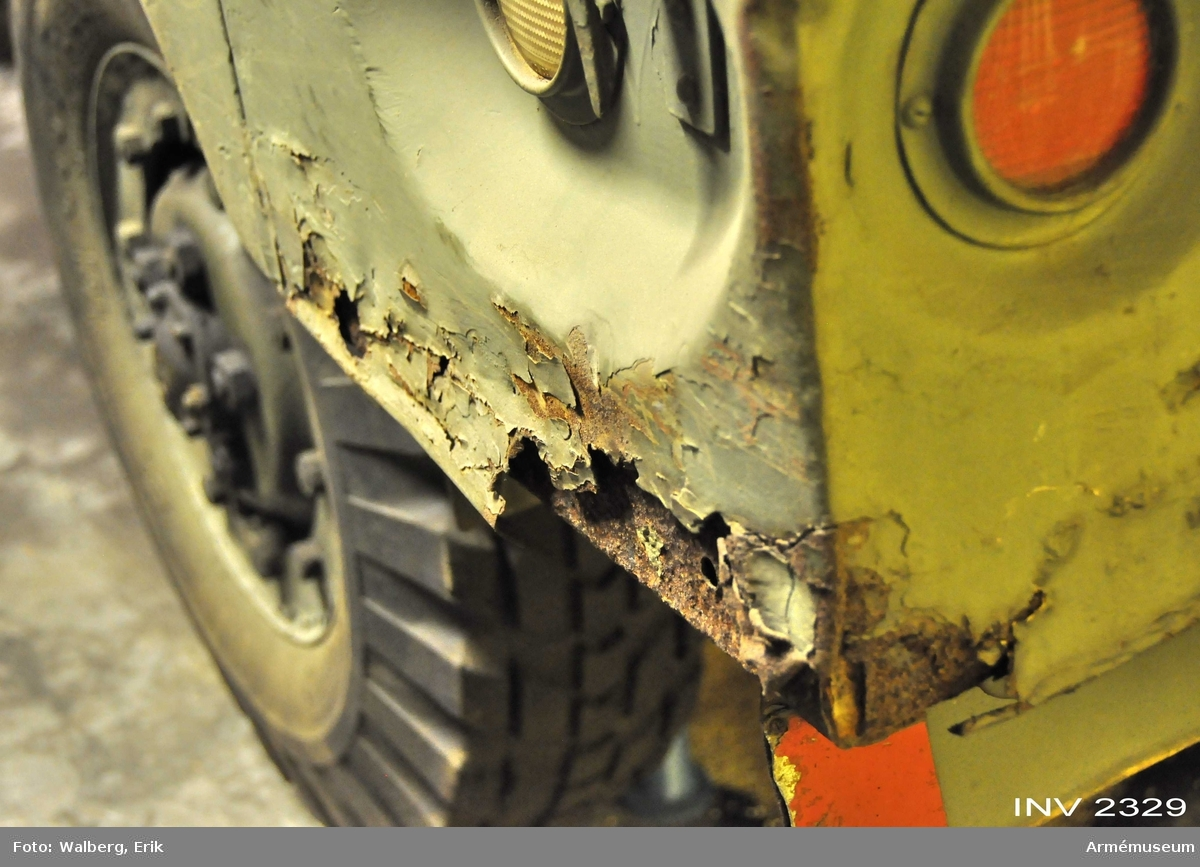 """Kallas även lastterrängbil 1 1/2 t Dodge. Amerikanska benämning: """"WC-52 U.S.A. Truck 3/4 ton. 4x4. 7350. 816705-7 1800."""" (Weapon Carrier).  Samhör med reservdelssats M865-2300. 2 reservhjul på taket.  Inom Marinen och Flygvapnet hette fordonet """"Ltgb 915"""". Inom Armén var benämningen """"Tgb 1 1/2 t D""""."""