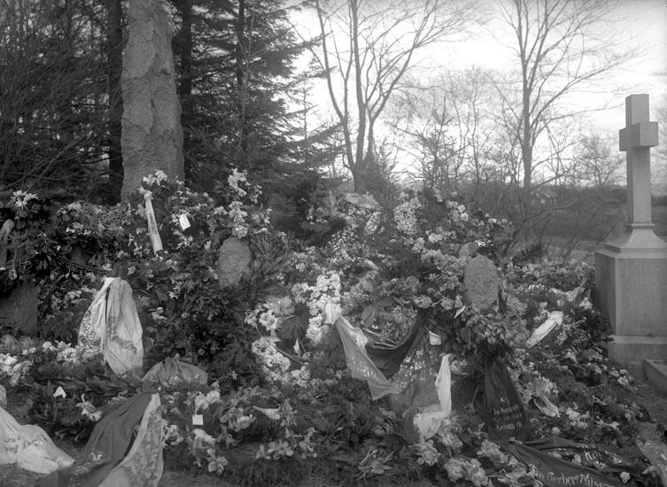 """Enligt medföljande noteringar: """"Nr 22. Herbert Nilsson. 20/4-1930.""""  Uppgifter från Munkedals HBF: """"Foss kyrkogård."""""""