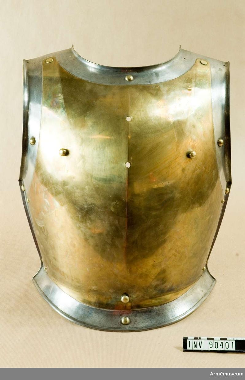 Grupp D IV. Kyrass m/1825 med senare bröstplåt använd 1848-52.  Kyrass av mässing som består av två delar: bröst och ryggdel. Båda delarna kopplas med en svart rem vid midjan med spänne och två axelremmar som är täckta med två rader mässingsringar; axelremmarna knäpps med knappar på kyrassen och har beslag av mässingsplåtar på ändarna. Båda kyrassdelarna är kantade med  järnbeslag. Foder av grå lärft som med skruvar är sammankopplat med pansaret. Skruvarna har runda mässingshuvuden.