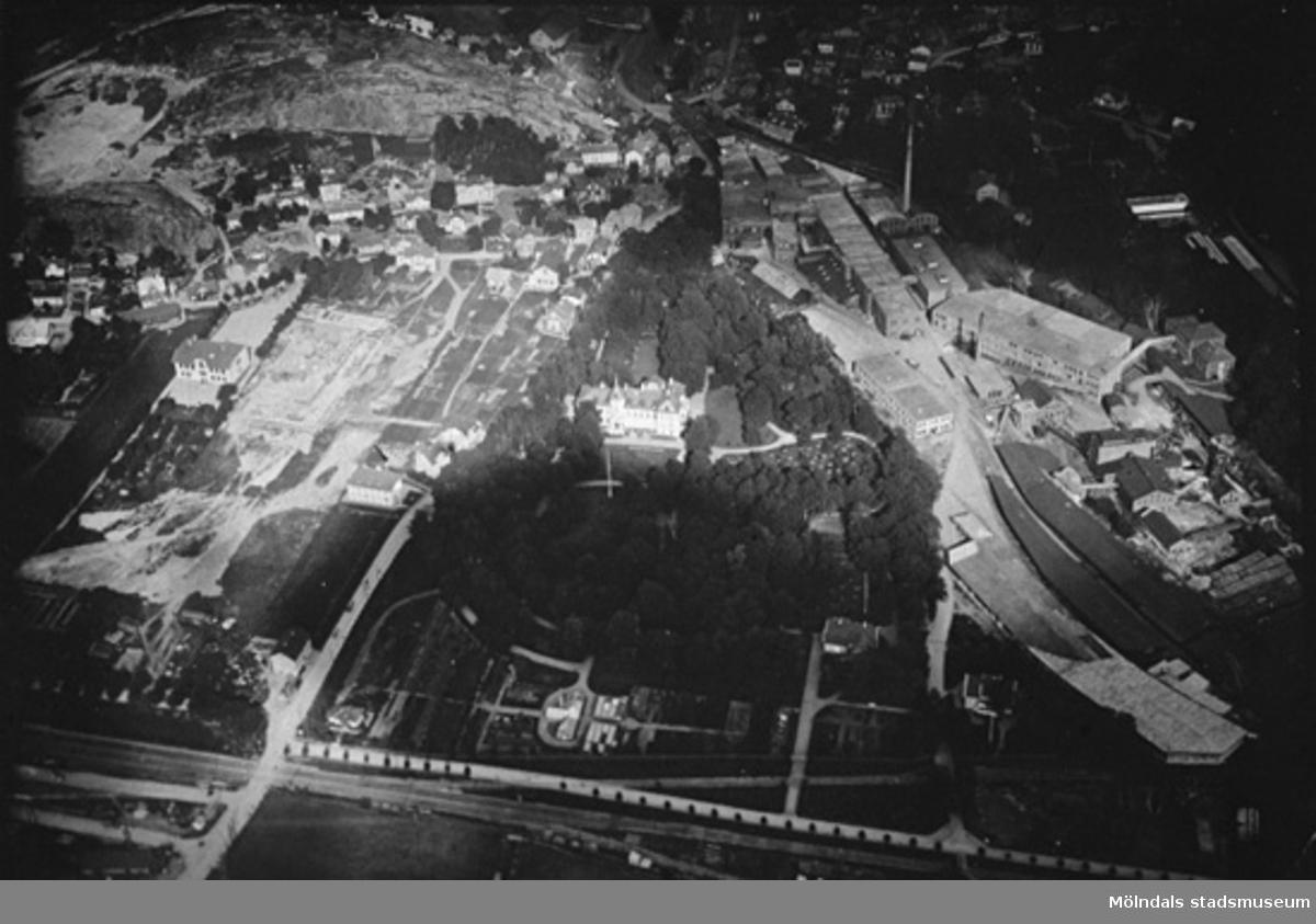 Flygfoto västerifrån över stadsdelen Trädgården och Papyrus troligtvis år 1923. Kvarnbyskolan håller på att byggas 1923 eller 1924. Mitt i bild ser vi Papyrus kontor (Villa Korndal) inbäddat i grönska. I husgruppen till vänster därom ses Apoteket (Kvarnbygatan 9) och ett hus där det under en tid fanns en tvättinrättning av något slag. Sist syns huset där restaurang Godhem inrymdes. På Papyrusområdet syns en byggnad i lite diagonalt läge som kallades för Kromo. Vägkorset i vänster underkant är blivande Mölndalsbro.