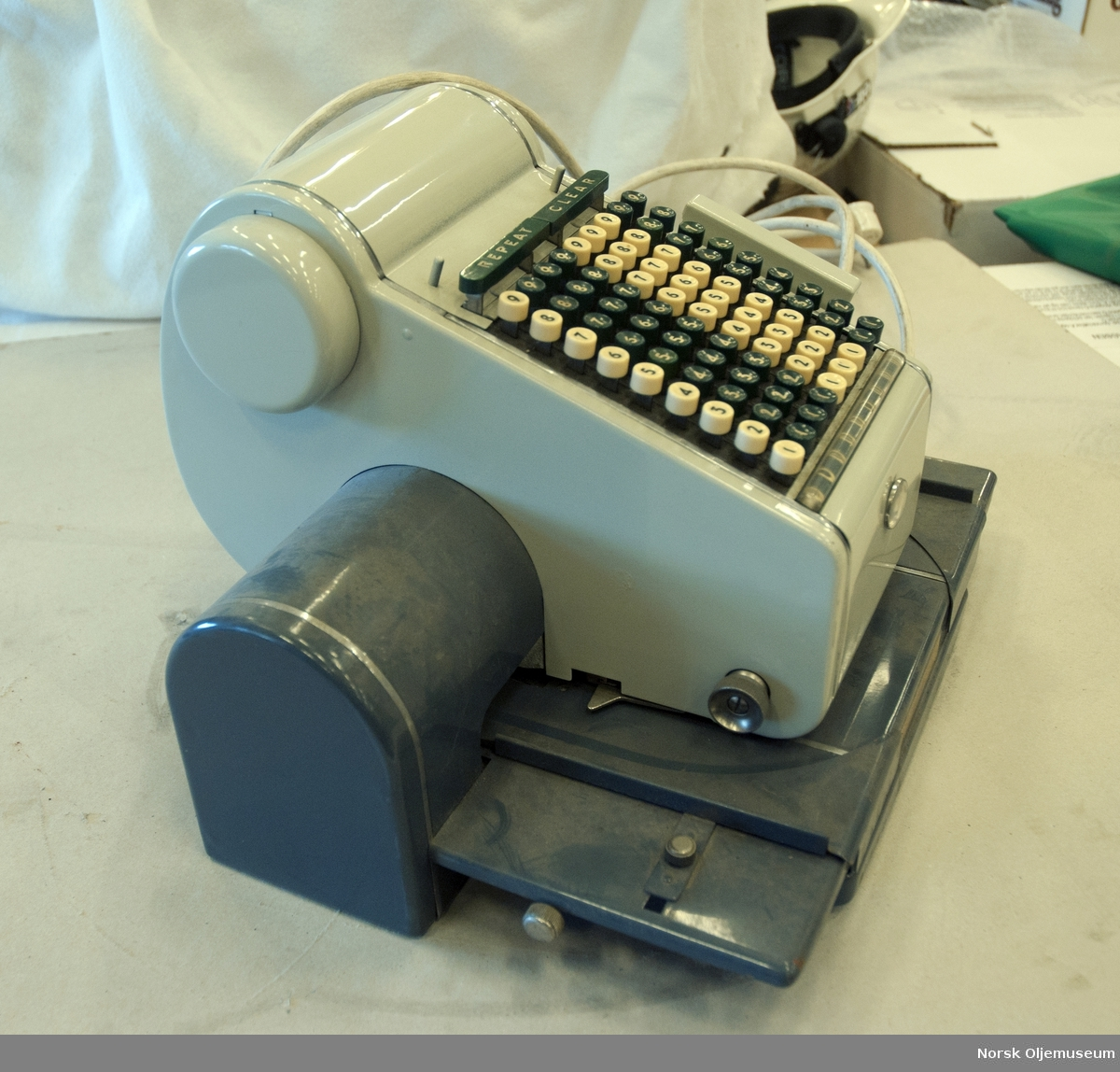 I stemplet er det lagt inn en klisjè, med Oljedirektoratets emblem, og ved å bruke tastaturet kunne man feks. få trykket en dato. Emnekode: INST
