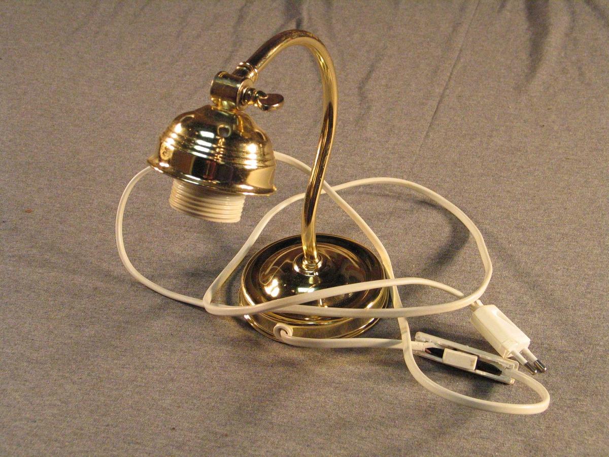 Rund lampefot med svaia stang som endar i ein regulærbar lampe. Vantar skjermen. Truleg har lampa hatt såkalla skomakarskjerm.
