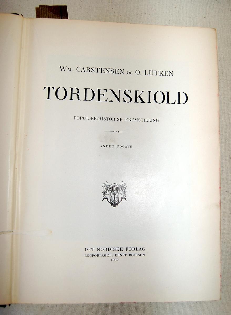 Filosofen Peter Wessel Zapffe og hans kone Berit testamenterte sin eiendom på Båstad i Asker til Universitetet i Oslo. Da det ble besluttet å selge eiendommen i 2009 ble deler av P.W. Zapffes arbeidsrom og andre eiendeler overlatt til Asker Museum. Denne samlingen inngår nå som en permanent utstilling på museet. Bok med blå rygg og melert omslag på forside og bakside