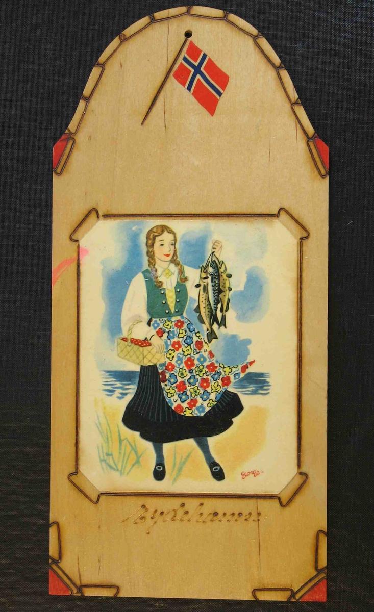 Jente, kledd i bunadliknende drakt, holder opp et knippe med fisk i venstre hand, og en kurv med bær i høyre hånd. Flagg malt på øverst, under festeøyet.