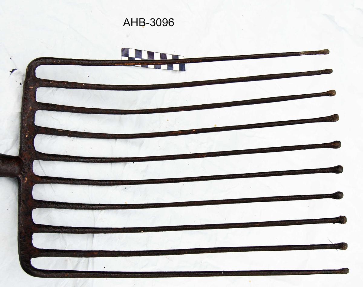 Potetgreip med utvidede spisser, slik at potetene ikke skal spiddes. Håndtak i tre og metall. Håndtaket er en mellomform mellom håndtak i heltre og håndtak i plast, det var vanlig på 1960-70-tallet.