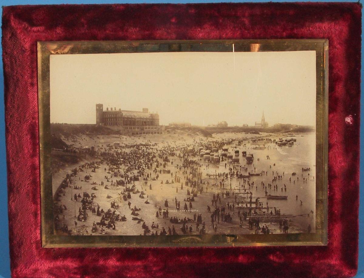 Prospekt fra Tynemouth, England.   Long Sands Tynemouth.   Badestrand full av mennesker,  stort   hotell  i bakgr. tv.