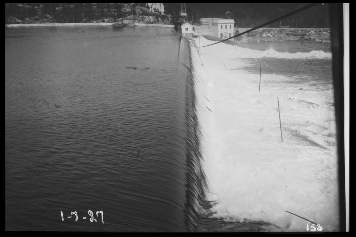 Arendal Fossekompani i begynnelsen av 1900-tallet CD merket 0010, Bilde: 22 Sted: Flatenfoss i 1927 Beskrivelse: Dammen sett fra Olsbusida