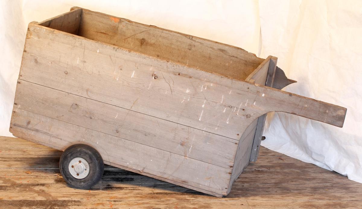 Trekasse med nyere gummihjul. Brukt til transport av tau.