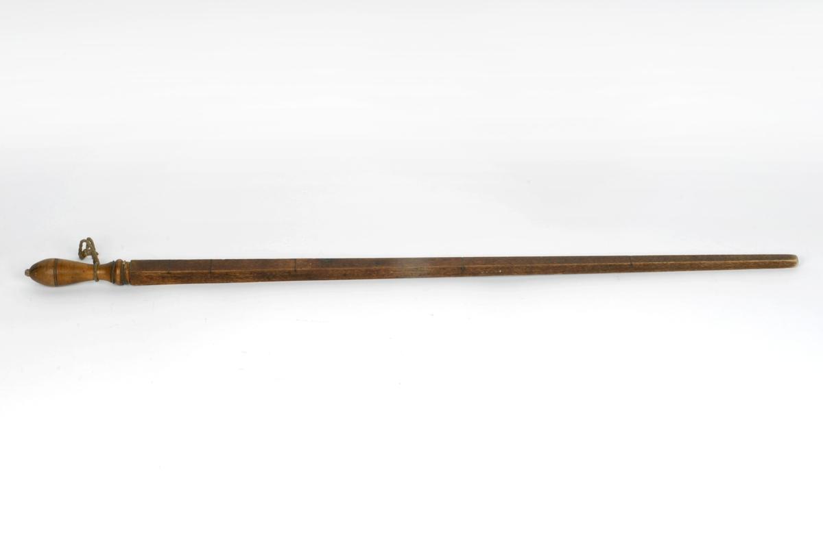 En alen med lengdemål 62,75 cm.  Snor bundet på skaftet.