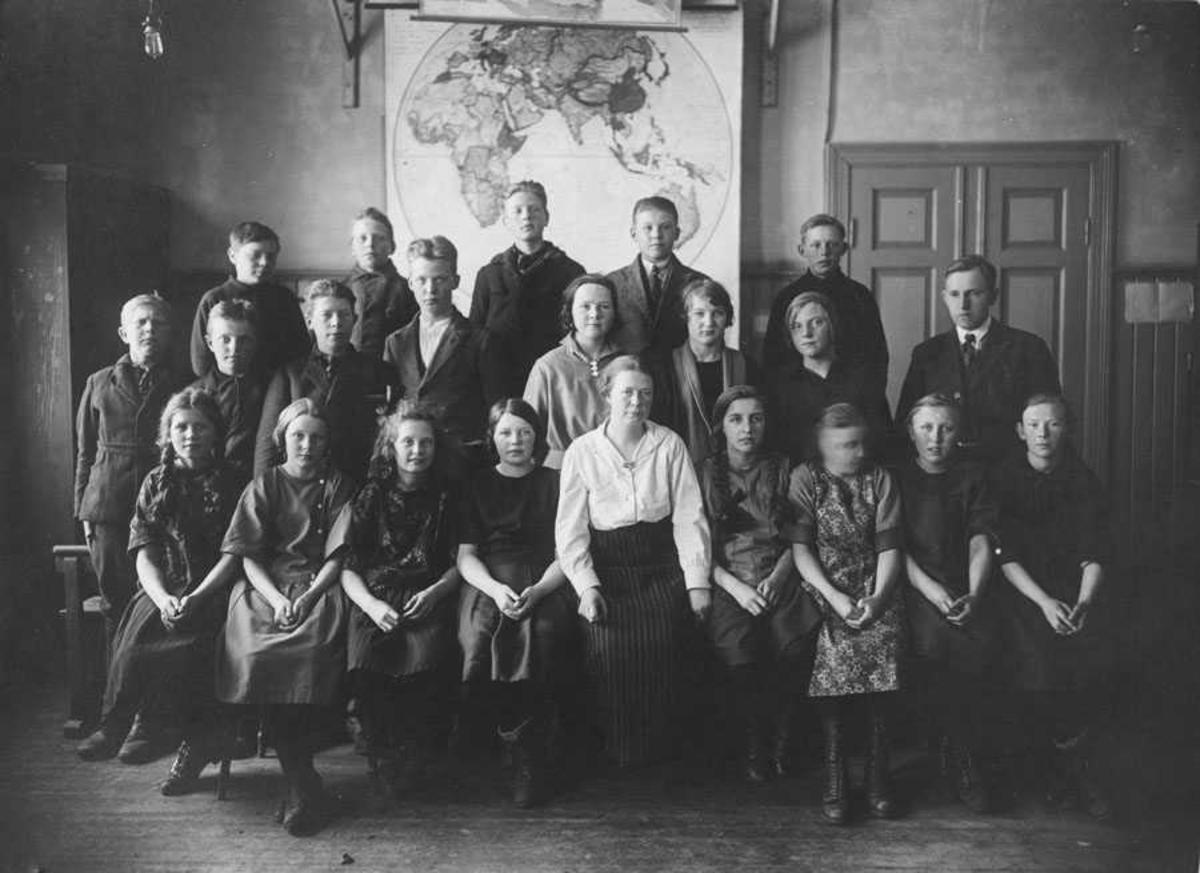 Lærer og elever ved Kontra skole