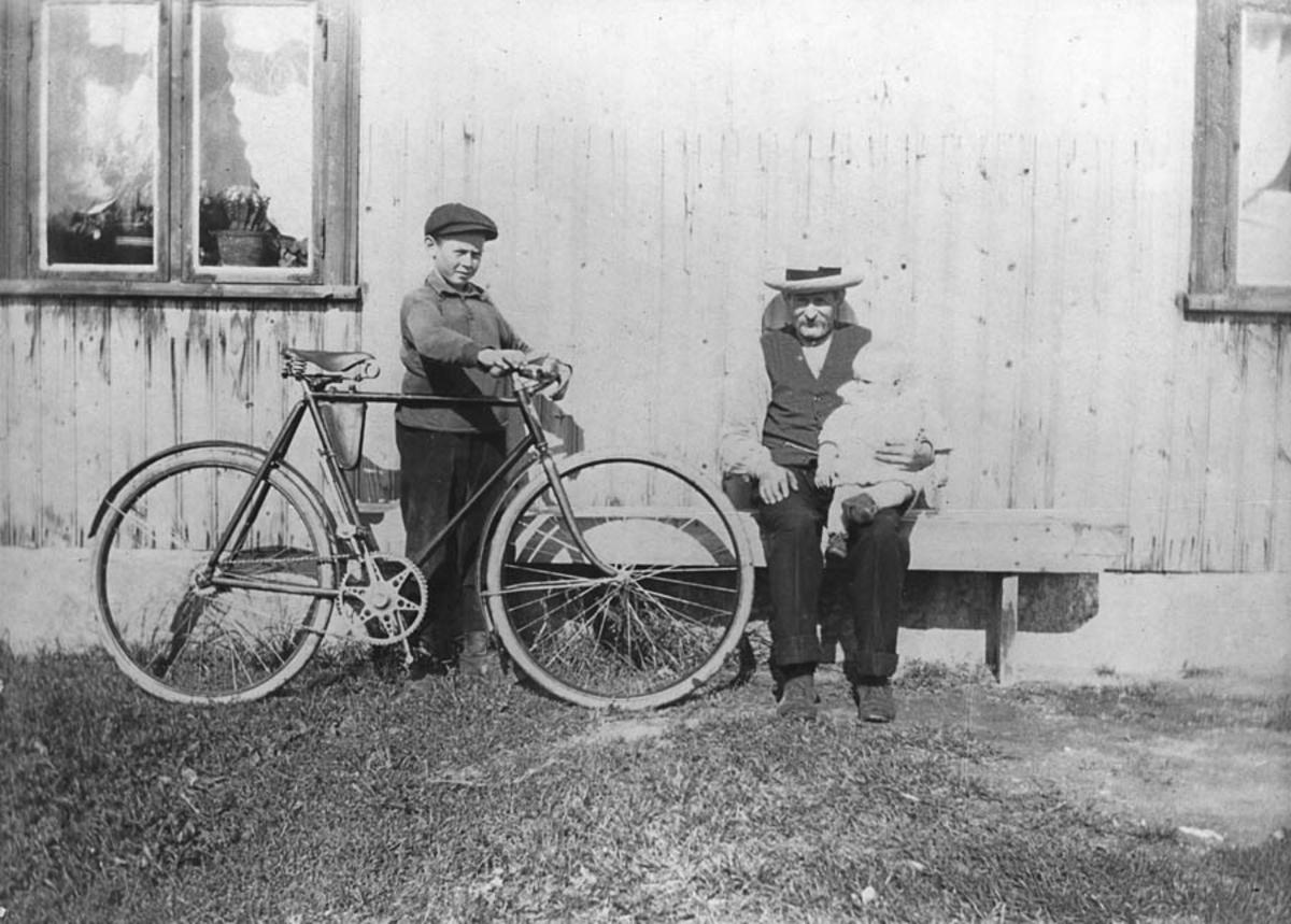 Gamle Magnus Høibraaten og en av sønnene m/sykkel.