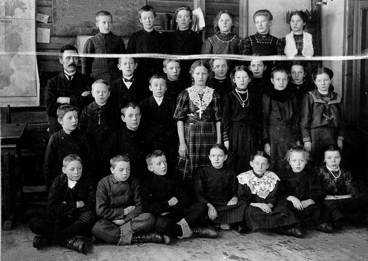 Lærer Hovden med en klasse. Nordkisa skole.