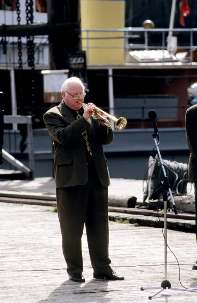 Fetsund lenser. Harry Kvebæk spiller trompet på brygga.