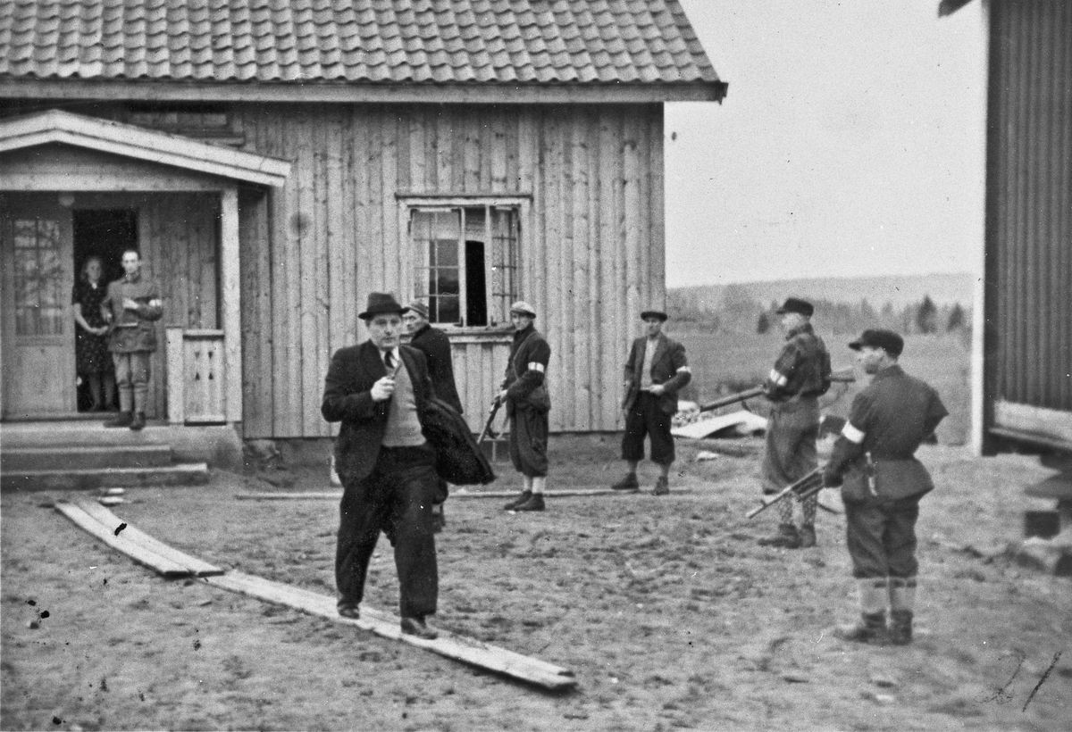 Arrestasjon av kretsleder i NS Helge Løken, på Løken gård på Bøn.