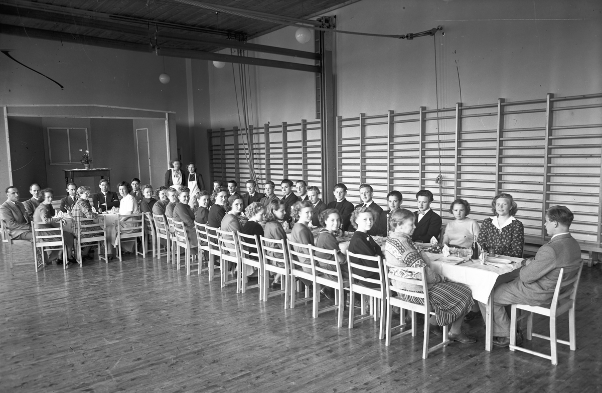 Bespisning i gymsalen. Trolig Vilberg skole eller Eidsvoll kommunale husmorskole.