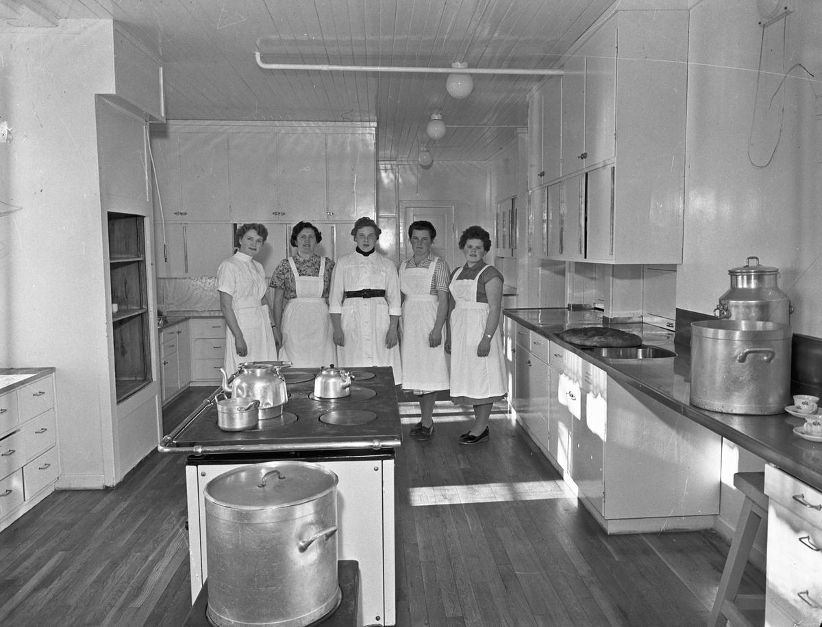 Statens Husflidsskole, Blaker. Kvinner på et storkjøkken.
