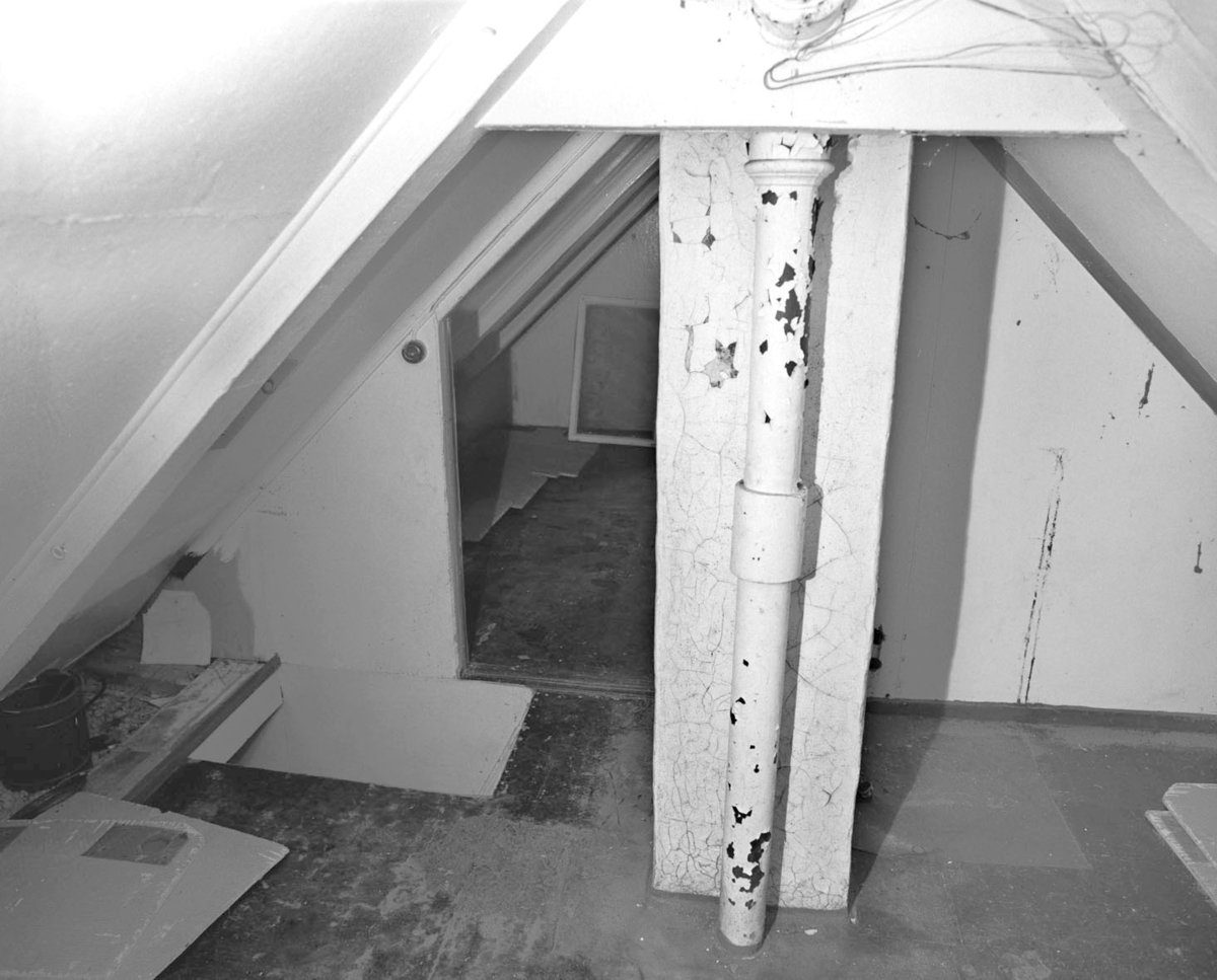 Interiør: loft sett fra oven.