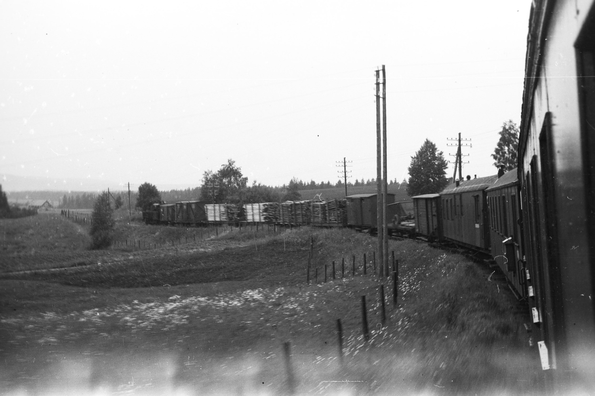 Tog 2058 retning Sørumsand på vei ned Harkerudbakken.