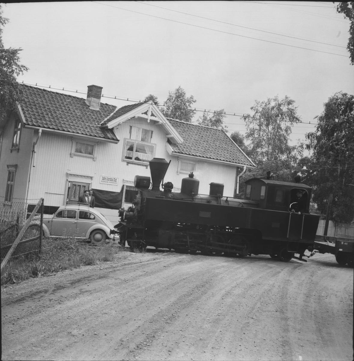 Tog retning fra Skulerud. I bakgrunnen Indre Akershus Blads lokaler på Bjørkelangen.
