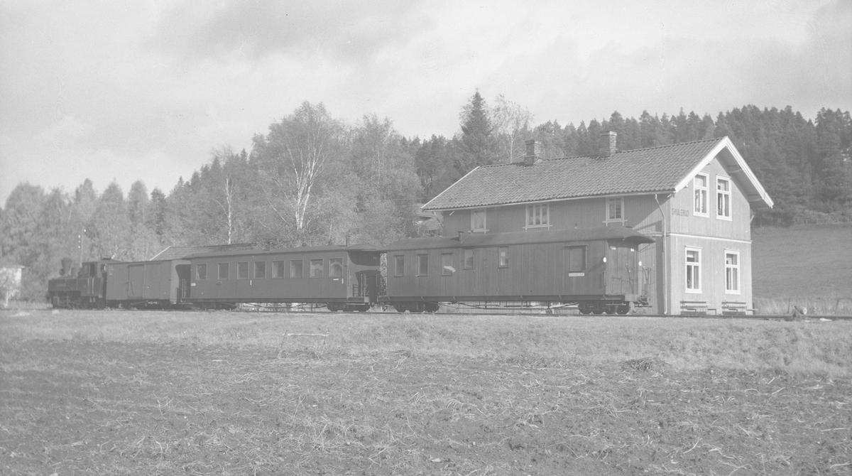 Vogn CFo5, BCDo7, G48. Lok 5 Bjørkelangen. Tog retning Sørumsand avventer avgang fra Skulerud.