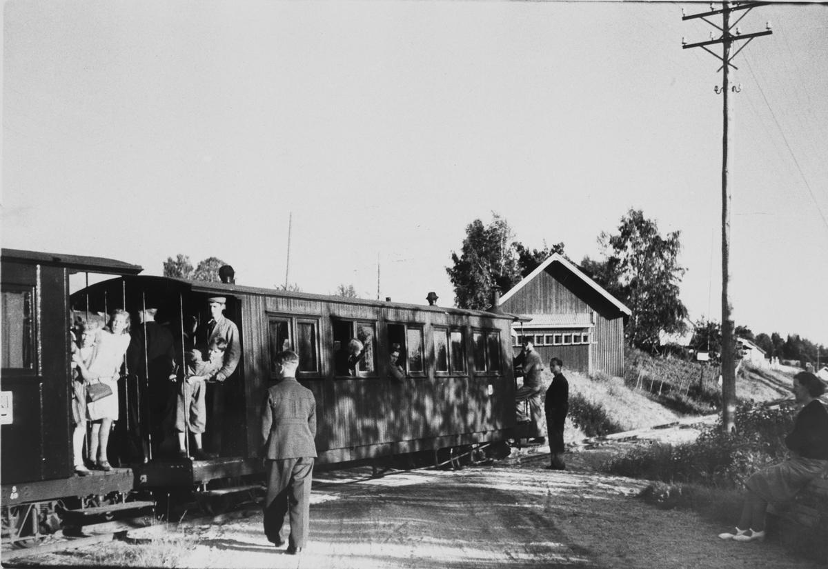 Tog retning Sørumsand stopper for påstigning på Furulund planovergang og holdeplass.