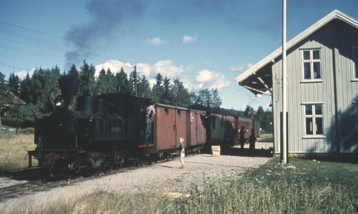 Tog 2051 til Skulerud står på Fosser stasjon