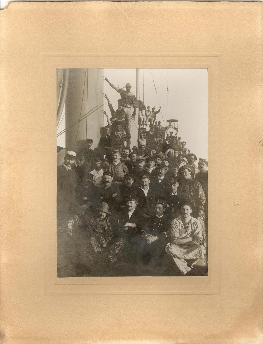 """Motiv: torpedojageren """"Draug"""" mannskap etter fartsprøve 8 aug 1910"""