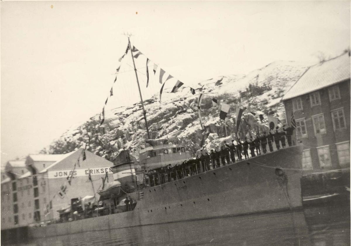 """Jageren """"Sleipner"""", storflagging og bemanning av relling - kanskje i Molde 1940"""