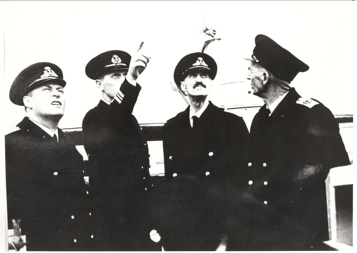 """Jageren """"Stord"""".  HM Kong Haakon VII. på inspeksjon under 2. VK."""
