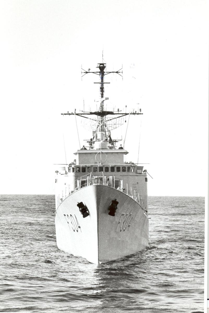 """Oslo-kl.fregatt KNM """"Narvik"""" sett forfra."""