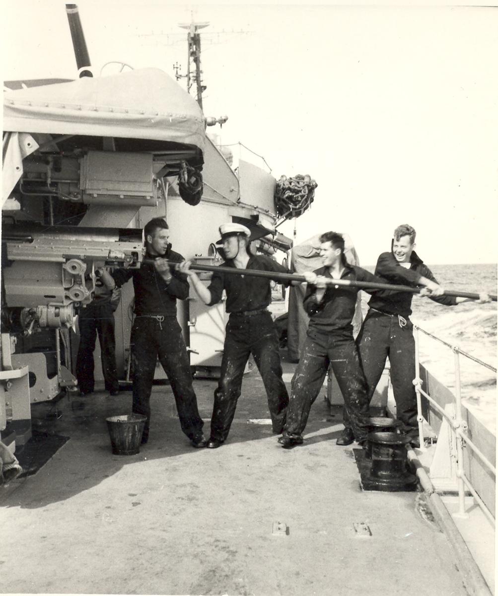Fra livet ombord på en C-Klasse jager. Arbeid på dekk.