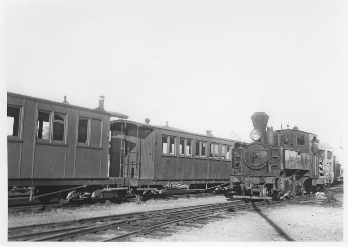 Lok 5 Bjørkelangen skifter på Bjørkelangen stasjon.