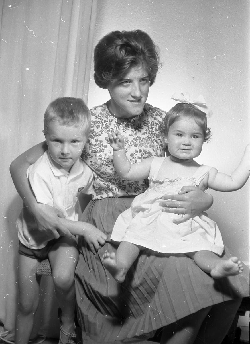 Mor med to barn på fanget