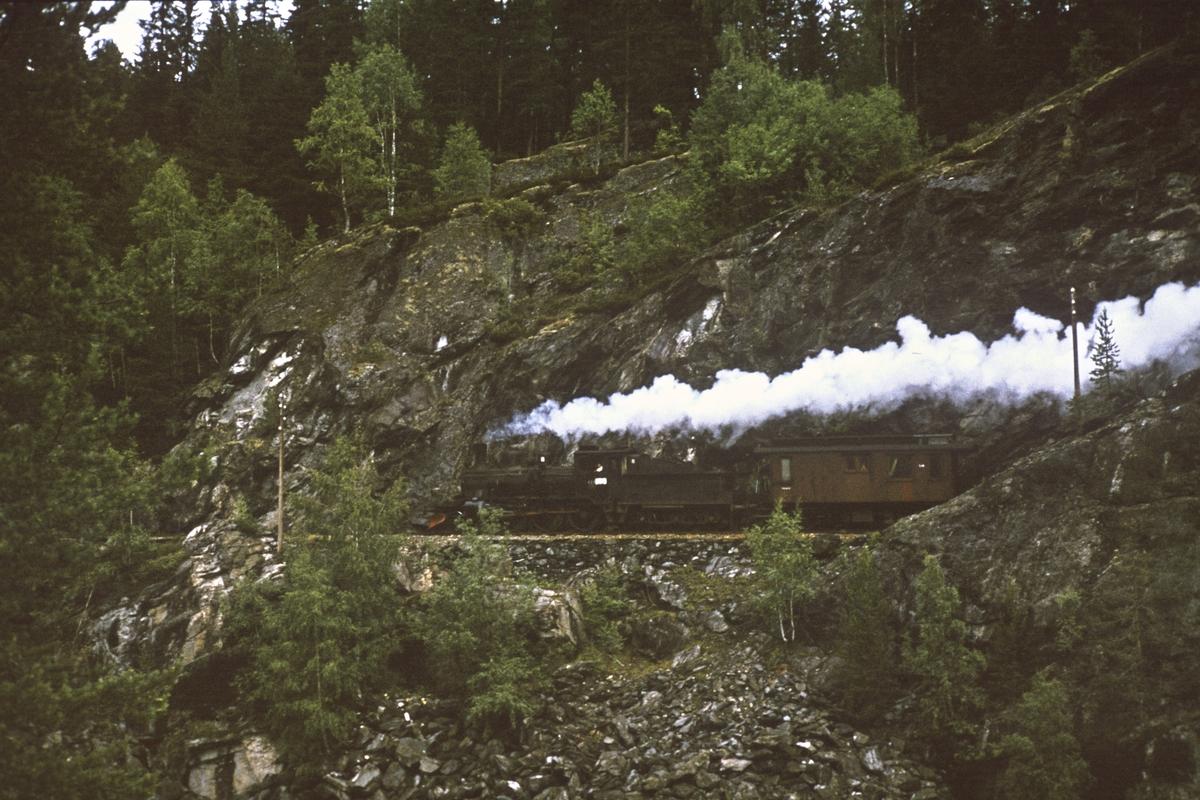 Godstoget fra Kongsberg til Rødberg, underveis mellom Kongsberg og Svene.