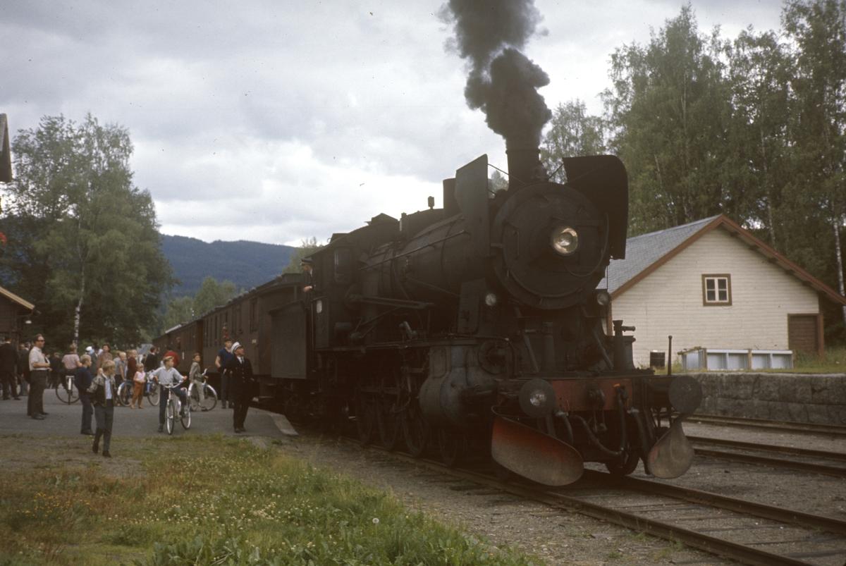 A/L Hølandsbanens veterantog på Skreia stasjon. Damplok type 30b nr. 347.